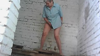 Chubby old woman with big ass is peeing on the cam