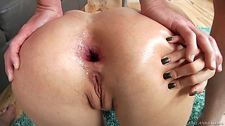 Fucking hot milf Francesca Le gets her anus fucked and stretched