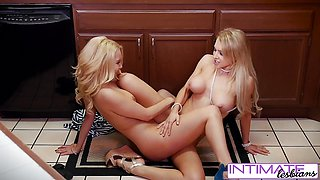 Watch Alix and Aaaliyah eat each others wet holes