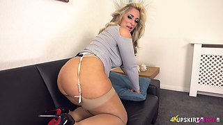 UK MILF with blond hair Kellie OBrian is always ready to demonstrate booty