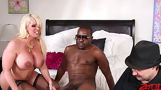 Mature woman Fucks with lover in front of wife