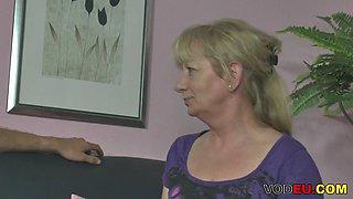 Mollige blonde Reife wird gefickt und Sperma im Mund