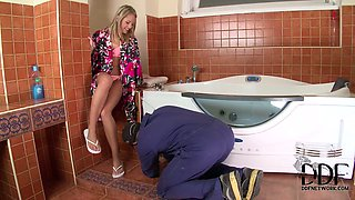 Horn-mad unfaithful seduces a plumber to suck his dick for sperm at home