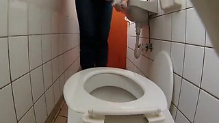 Piss and tampom change in toilet