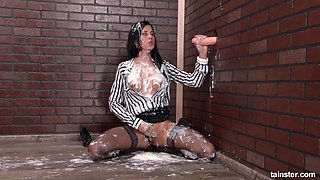 Flamboyant babe goes messy during her gloryhole session
