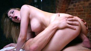 Fucking hot babe Tamara Grace hooks up with horny masseur