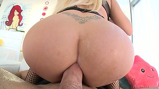 Captivating blond whore Summer Brielle allows to fuck her crazy anus