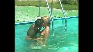 Im Pool verfuehrt